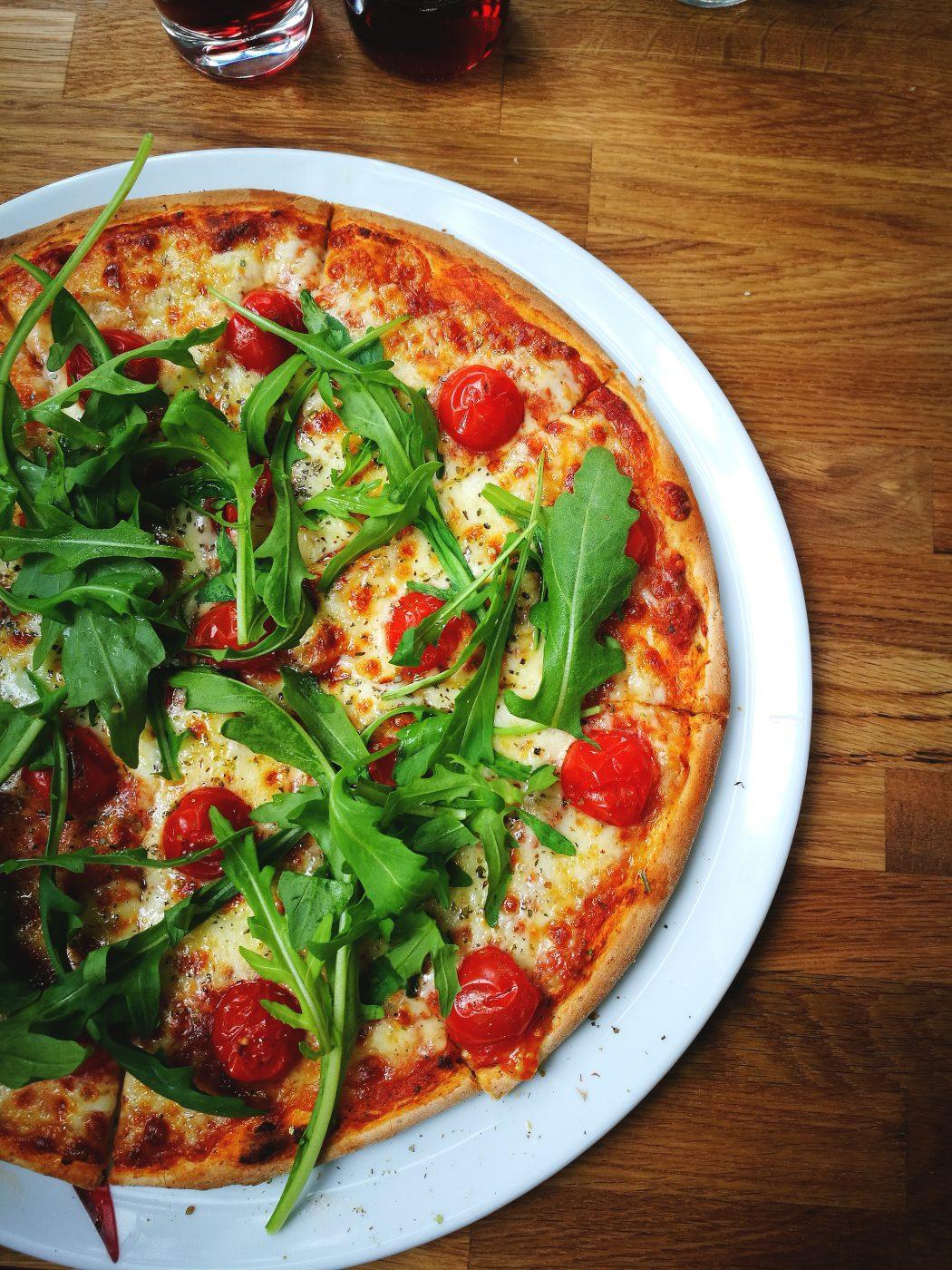 Das Bild zeigt eine Pizza