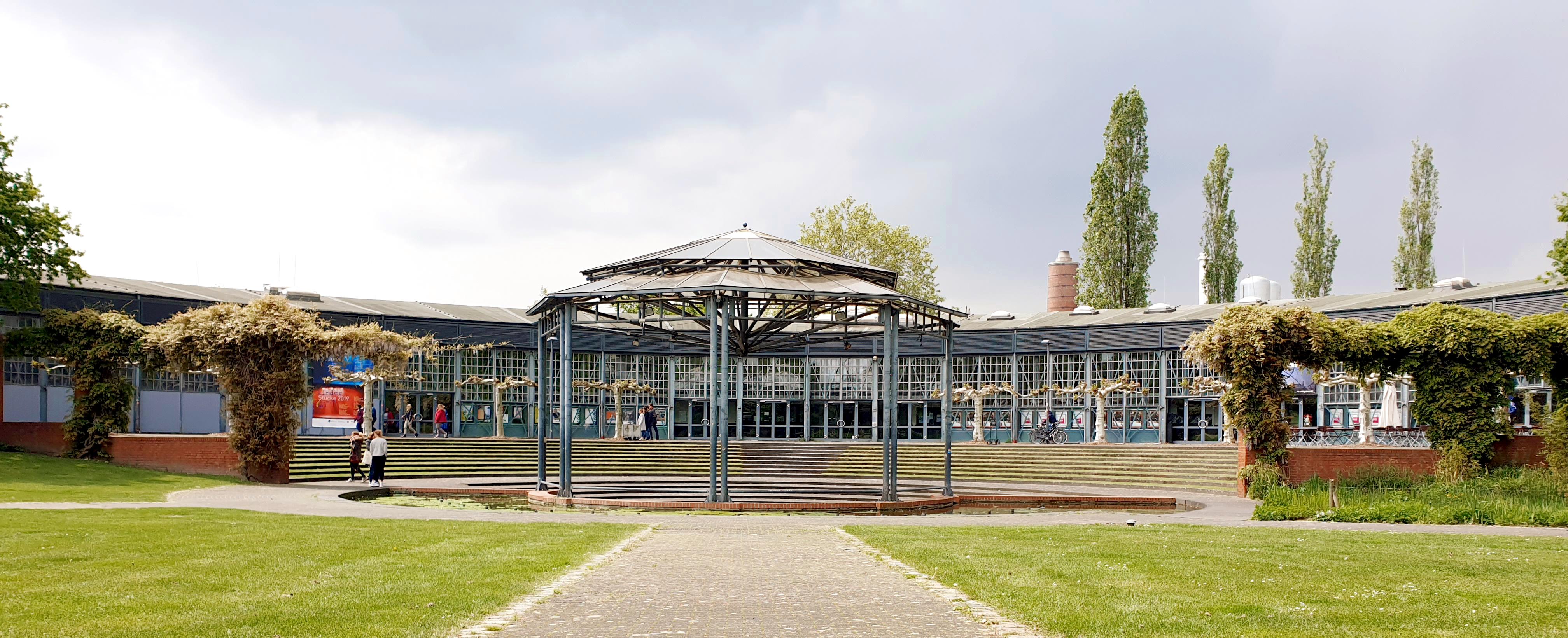 Das Bild zeigt den Ringlokschuppen in Mülheim