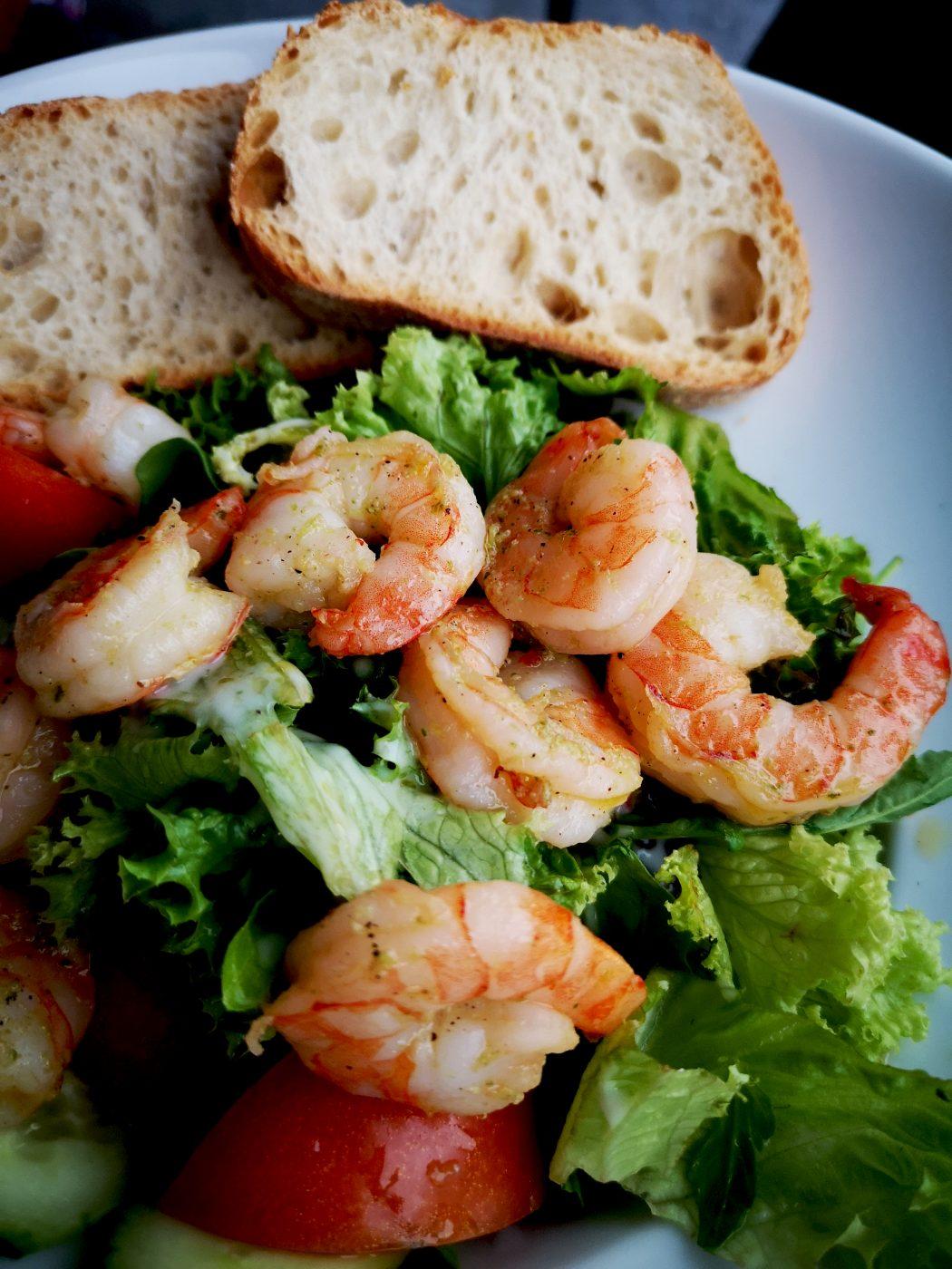 Das Bild zeigt einen Salat mit Scampi