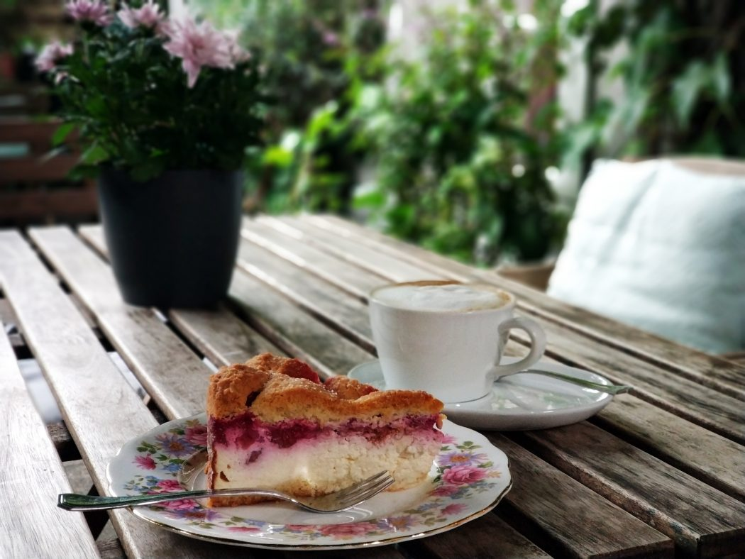 Das Foto zeigt Kuchen im Garten des Cafés Frau Ella in Rheinberg