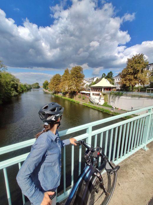 Das Foto zeigt Laura mit ihrem Fahrrad an der Tomate in Mülheim an der Ruhr