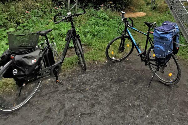 Das Foto zeigt ein E-Bike und ein Tourenrad