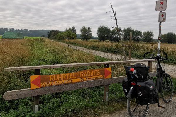 Das Foto zeigt einen Zwischenwegweiser des RuhrtalRadwegs