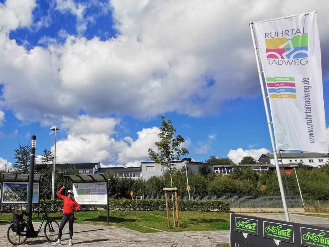 Das Foto zeigt Sandra am Startpunkt des RuhrtalRadwegs in Winterberg
