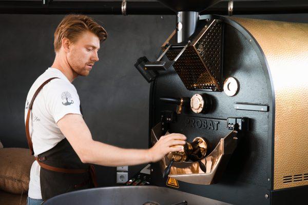 Das Foto zeigt den eindrucksvollen Kaffeeröster des Café Kijami in Witten
