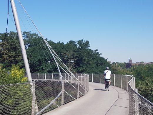 Das Foto zeigt einen Radfahrer auf der Erzbahnschwinge in Bochum