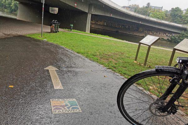 Das Foto zeigt eine Bodenmarkierung mit RuhrtalRadweg Logo in Essen-Werden