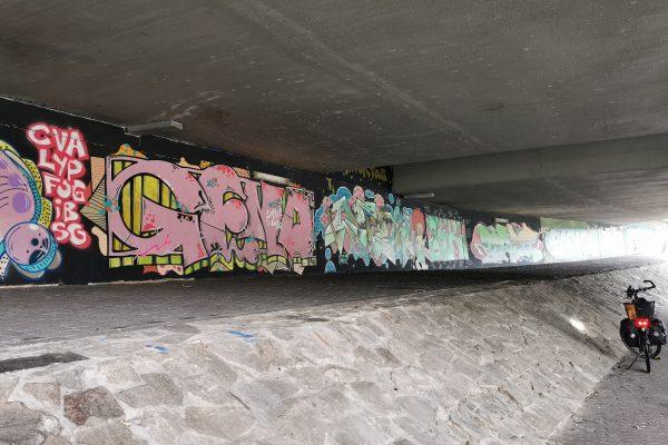Das Foto zeigt ein Fahrrad unter einer Brücke am RuhrtalRadweg in Essen-Werden
