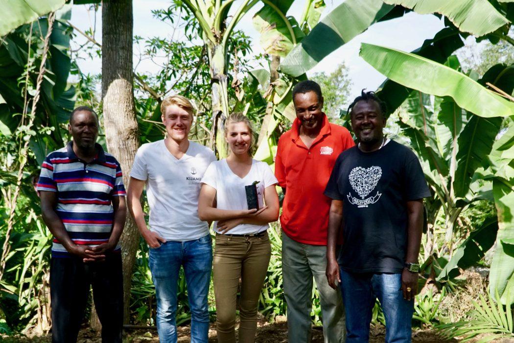 Das Foto zeigt Café Kijami-Betreiber Dominik bei einem Besuch der Kaffeebauern in Tansania