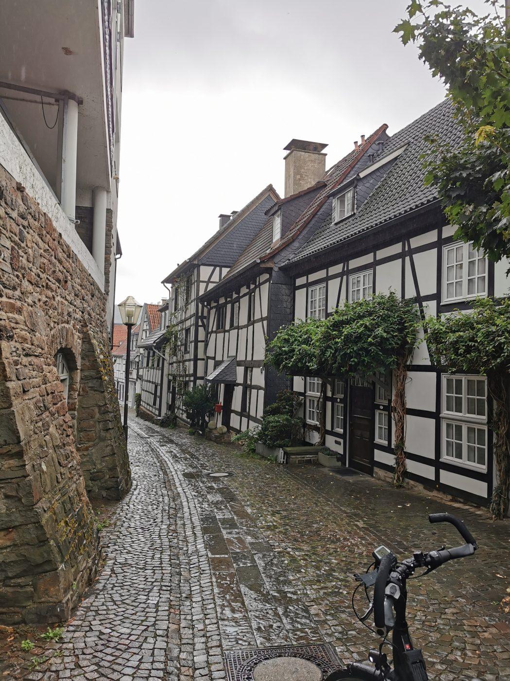 Das Foto zeigt ein Fahrrad in der Altstadt von Essen-Kettwig