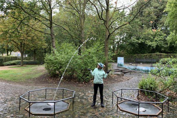 Das Foto zeigt Sandra auf dem Wasserspielplatz im Darlington Park in Mülheim an der Ruhr.