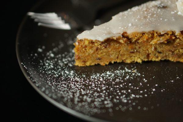 Das Foto zeigt ein Stück Möhrenkuchen im Café Kimaji in Witten