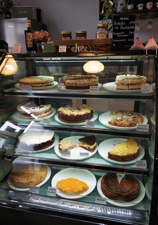 Das Foto zeigt die Kuchentheke des Cafés Frau Ella in Rheinberg