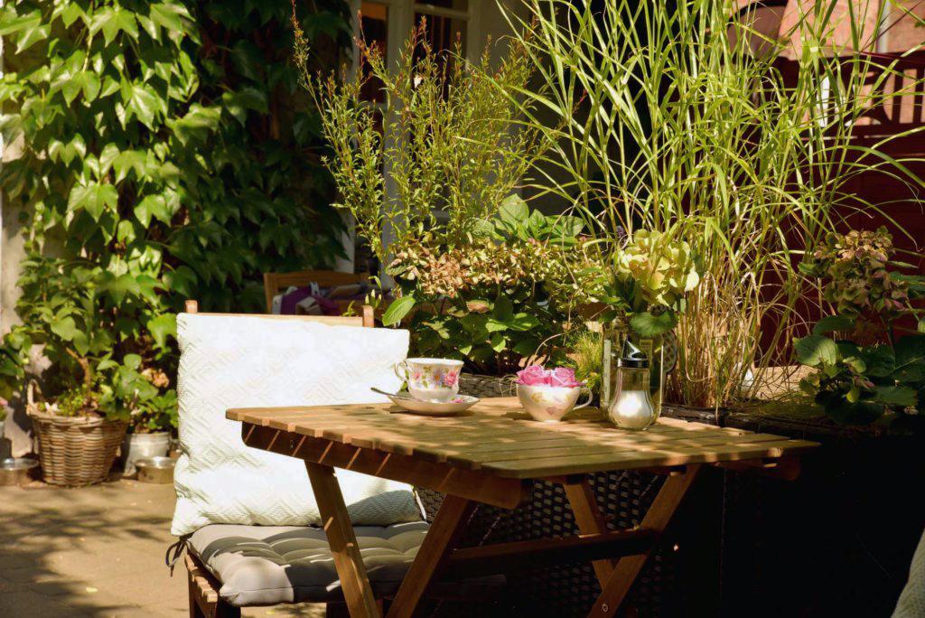 Das Foto zeigt die Terrasse des Cafés Frau Ella in Rheinberg