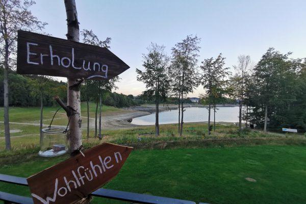 Das Foto zeigt die Außenterrasse des H1 am See mit Blick auf den Hennesee