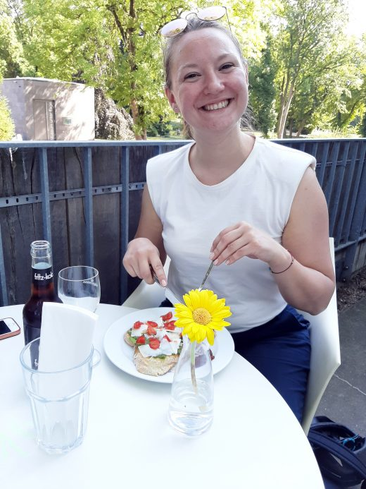Das Foto zeigt Frauke auf der Terrasse des Baristoteles im Schlosspark Weitmar in Bochum