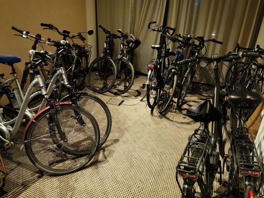 Das Foto zeigt Fahrräder im Fahrradraum des Hotels in Meschede