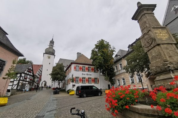 Das Foto zeigt den Glockenturm in der Altstadt von Arnsberg