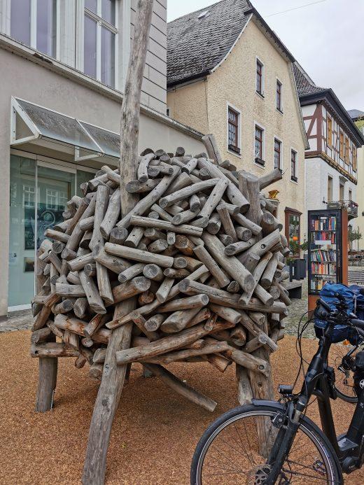 Das Foto zeigt ein Holzgebilde in der Altstadt von Arnsberg