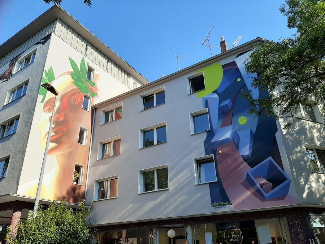 Das Foto zeigt eiin Mural von Zone56 auf einer Hausfassade an der Alten Hattinger Straße 11.
