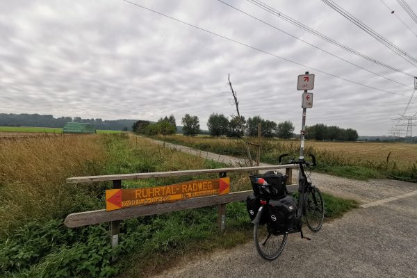 Das Foto zeigt einen Zwischenwegweiser des RuhrtalRadwegs in Fröndenberg