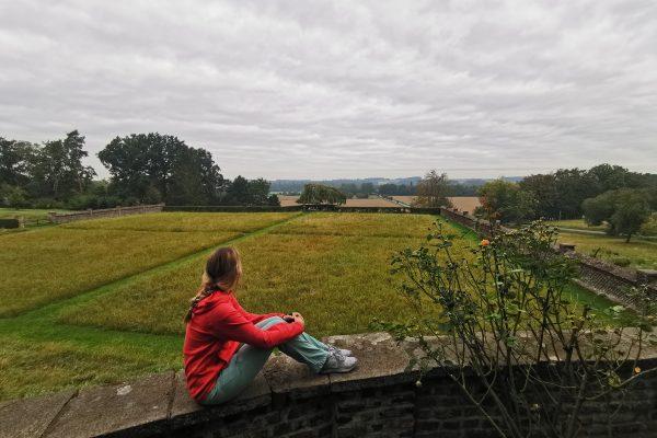 Das Foto zeigt Sandra mit Blick von der Mauer der Gutsbrennerei Bimberg auf den RuhrtalRadweg in Iserlohn