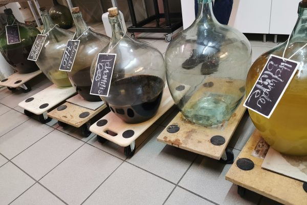 Das Foto zeigt Flaschen in der Brennerei Bimberg in Iserlohn