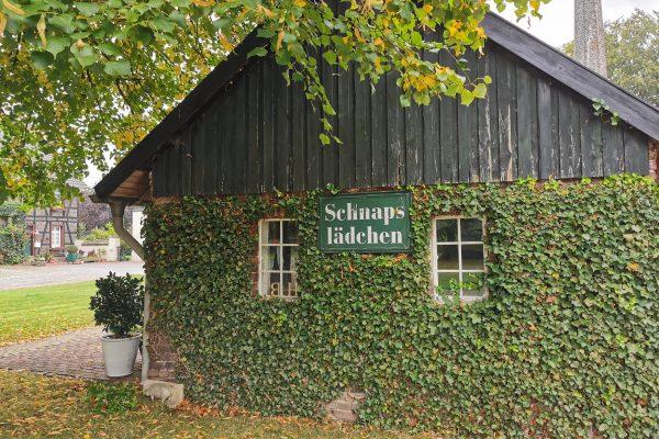 Das Foto zeigt das Schnapslädchen der Gutsbrennerei Bimberg in Iserlohn vom außen