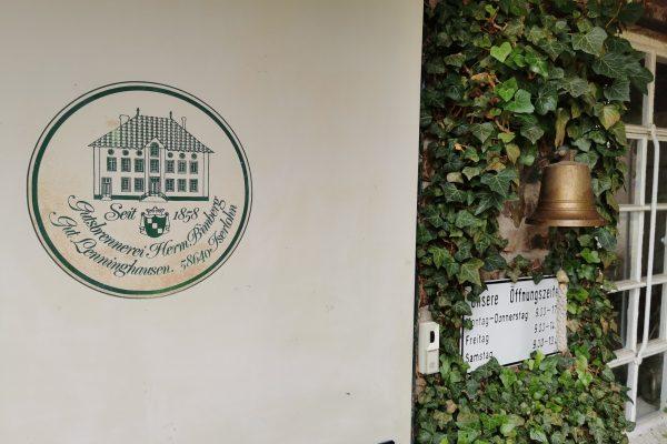 Das Foto zeigt eine Klingel vor der Gutsbrennerei Bimberg in Iserlohn