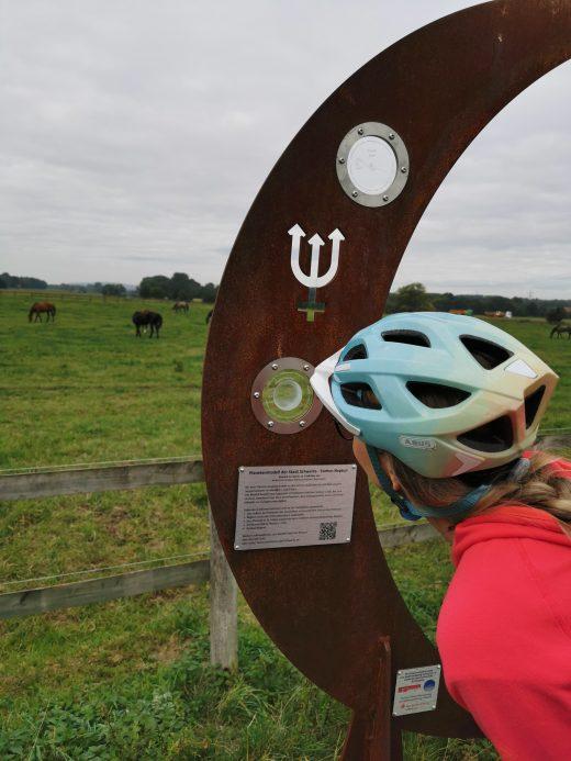 Das Foto zeigt Sandra auf dem Planetenweg des RuhrtalRadwegs in Schwerte