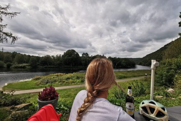 Das Foto zeigt Sandra im Natur-Biergarten zur Lennemündung