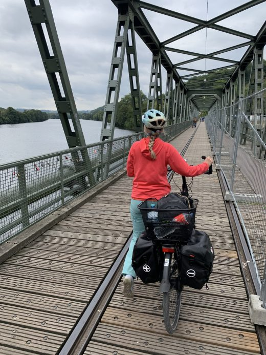 Das Foto zeigt Sandra auf der Brücke am Laufwasserkraftwerk Hengstey