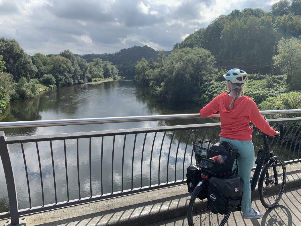 Das Foto zeigt Sandra auf einer Ruhr Brücke in Wetter
