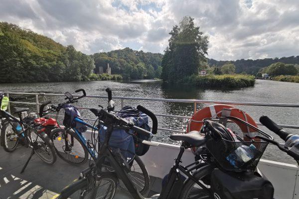 Das Foto zeigt Fahrräder auf der Ruhrtalfähre Hardenstein in Witten