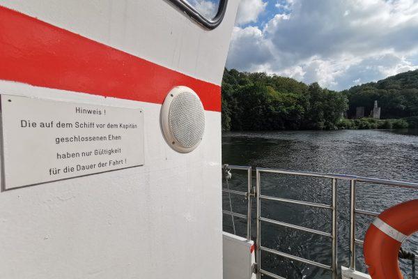 Das Foto zeigt ein lustiges Schild auf der Ruhrtalfähre Hardenstein in Witten