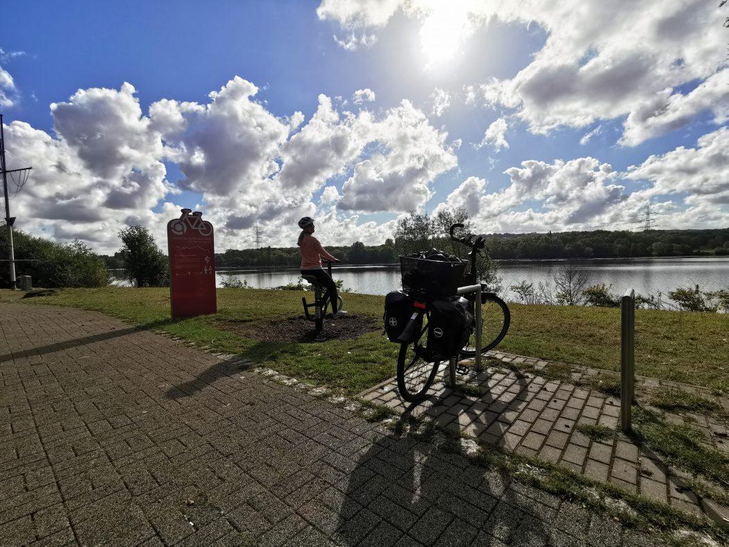 Das Foto zeigt Sandra auf einem Sportgerät des Guet Rat Wegs der Knappschaft am Kemnader See in Bochum