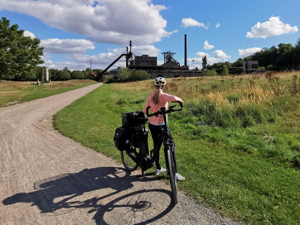 Das Foto zeigt Sandra auf dem RuhrtalRadweg am LWL-Industriemuseum Henrichshütte Hattingen
