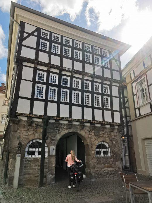 Das Foto zeigt Sandra in der historischen Altstadt von Hattingen