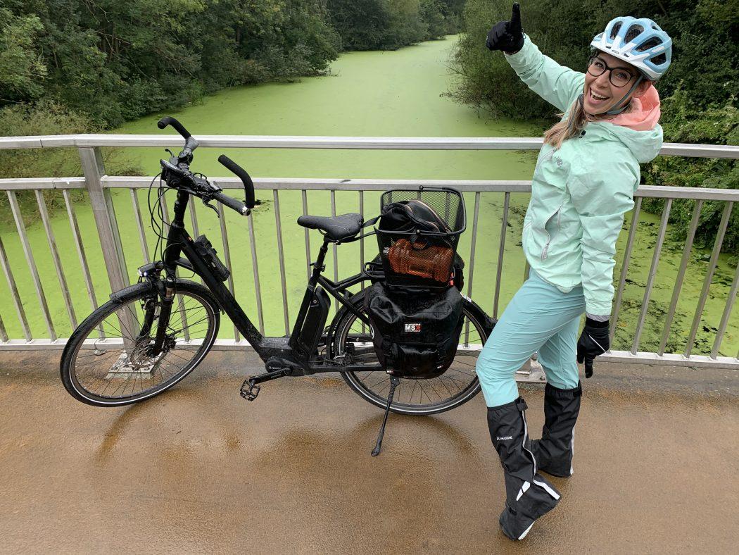 Das Foto zeigt Sandra in voller Radfahrermontur auf dem RuhrtalRadweg in Essen