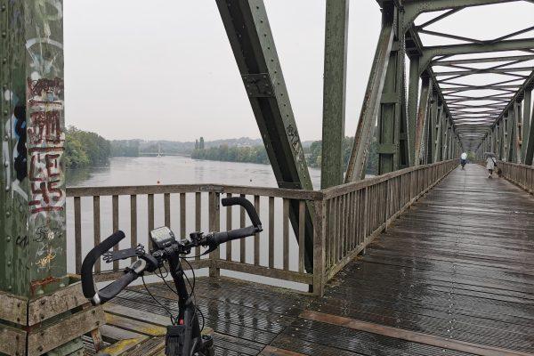 Das Foto zeigt den RuhrtalRadweg am Baldeneysee in Essen