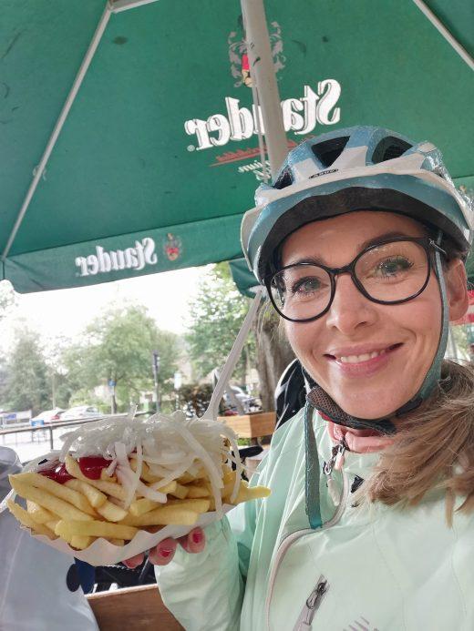 Das Foto zeigt Sandra mit Pommes spezial an der Lieblingsbude des Haus Scheppen in Essen