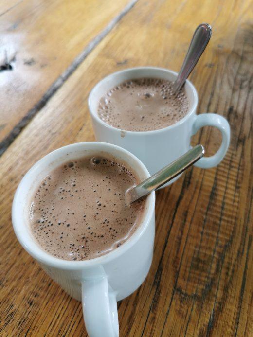 Das Foto zeigt zwei Kakao an der Lieblingsbude am Baldeneysee