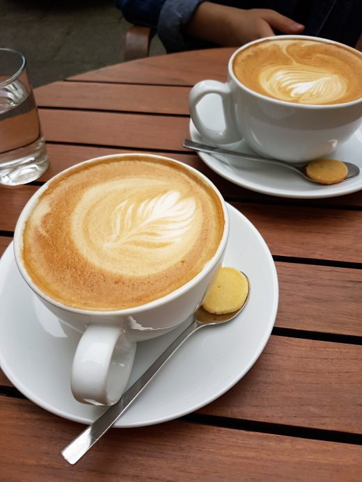 Das Foto zeigt zwei Cappuccino im Café Herr Liebig im Kreuzviertel Dortmund