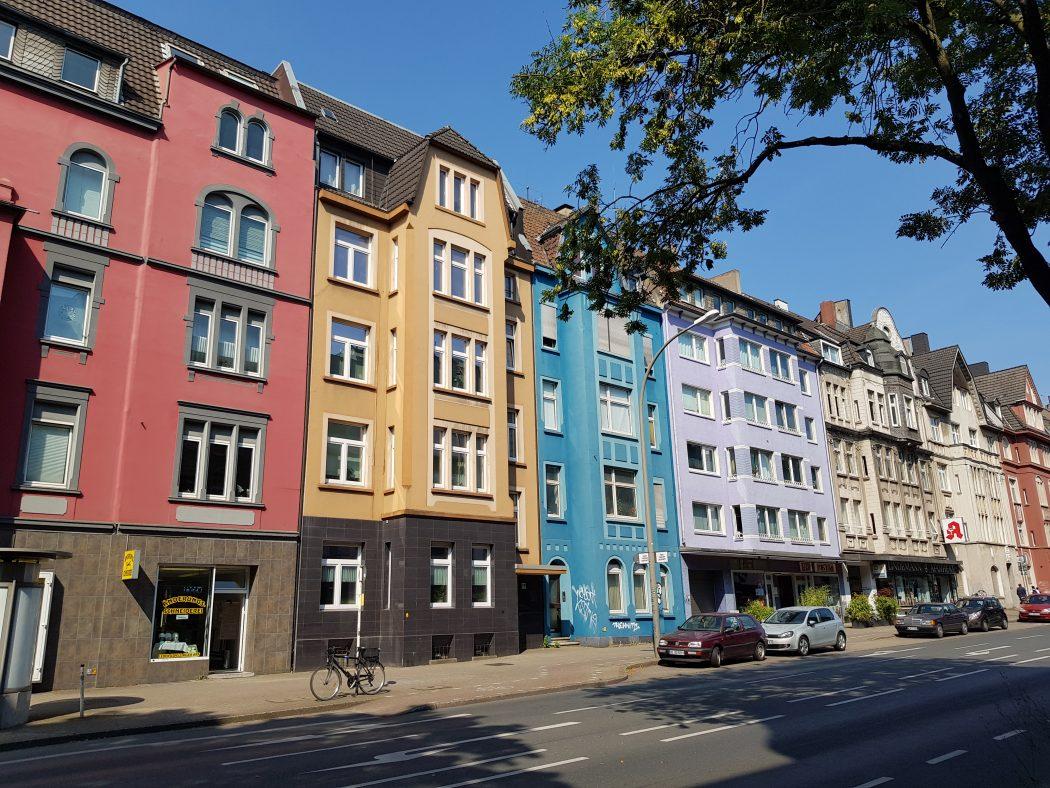 Das Foto zeigt bunte Häuserfassaden im Kreuzviertel Dortmund