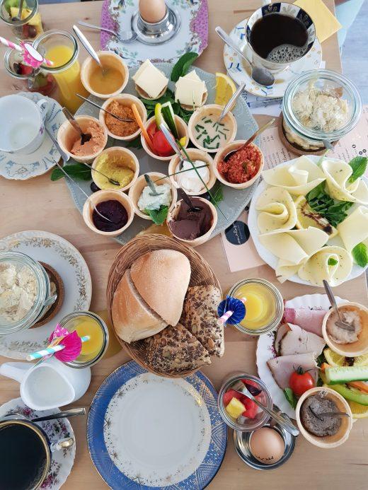 Das Foto zeigt Frühstück im Oma Rose Café im Kreuzviertel Dortmund