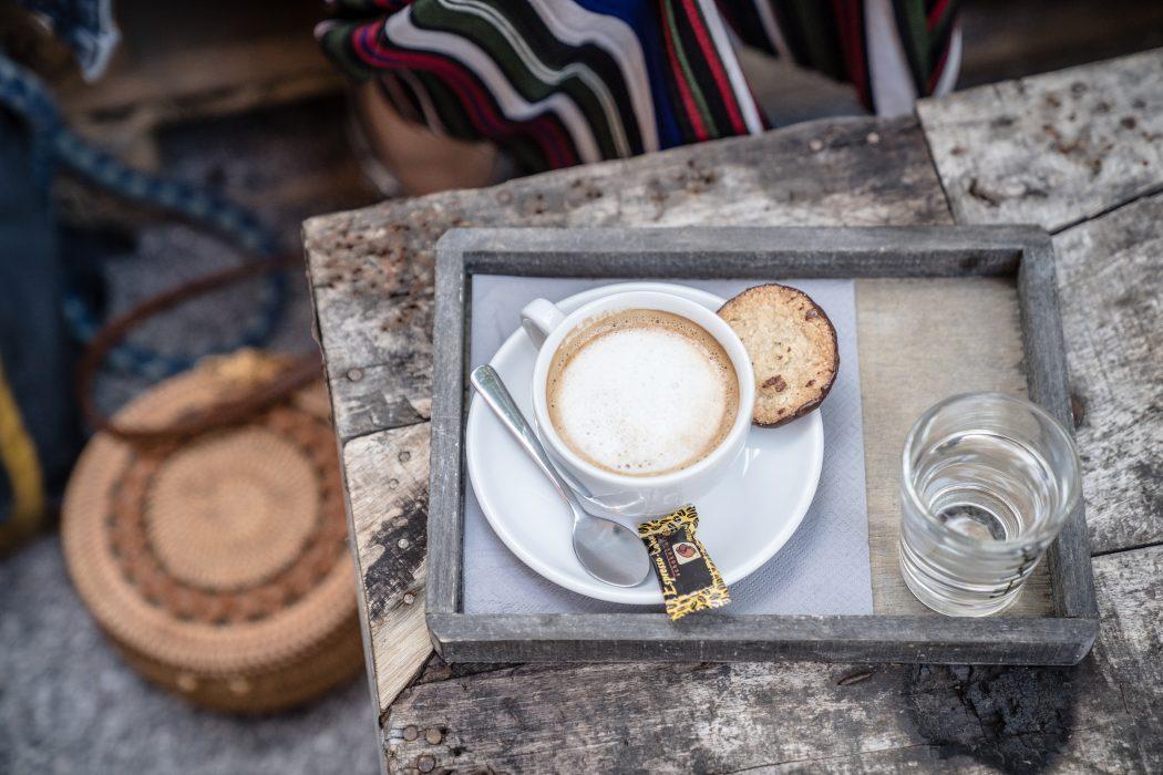 Das Foto zeigt einen Cappuccino im Hinterhof des Concept-Stores U-Nikat im Kreuzviertel Dortmund