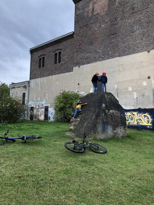 Das Foto zeigt Kinder beim Klettern an der Zeche Carl in Essen