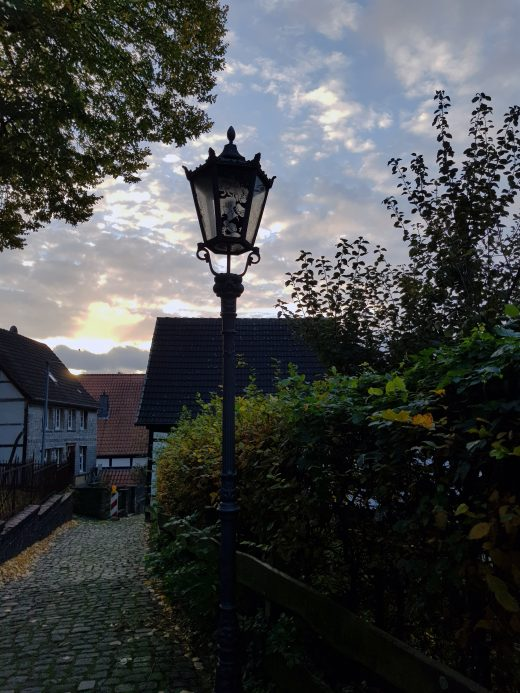 Das Foto zeigt der Laternenpfad, der durch die Schwerter Altstadt führt