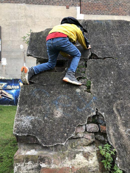 Das Foto zeigt ein Kind beim Klettern an der Zeche Carl in Essen