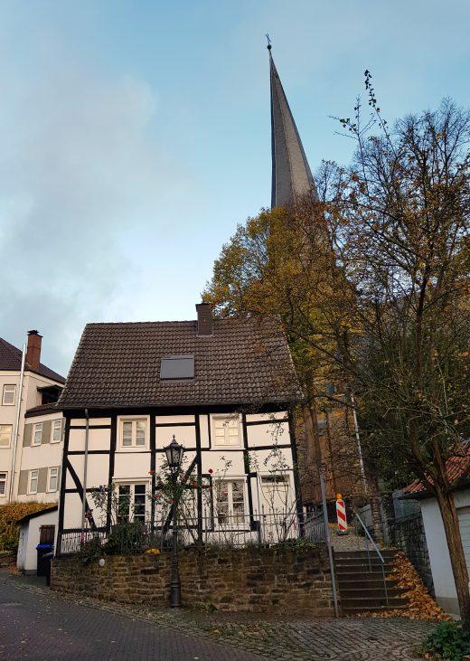 Das Foto zeigt den schiefen Trum von St. Viktor in der Altstadt von Schwerte